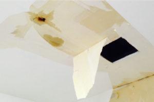 雨漏りで天井の壁紙が剥がれた