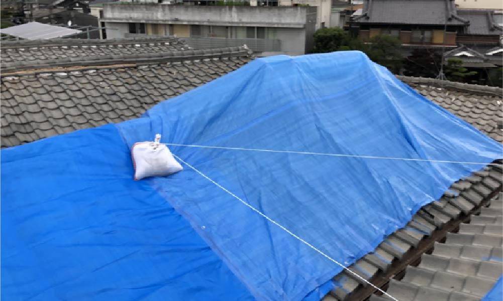ブルーシートがかけられた屋根