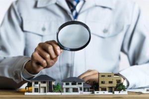建物を虫眼鏡で検査する写真