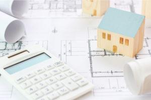 電卓と建物の模型