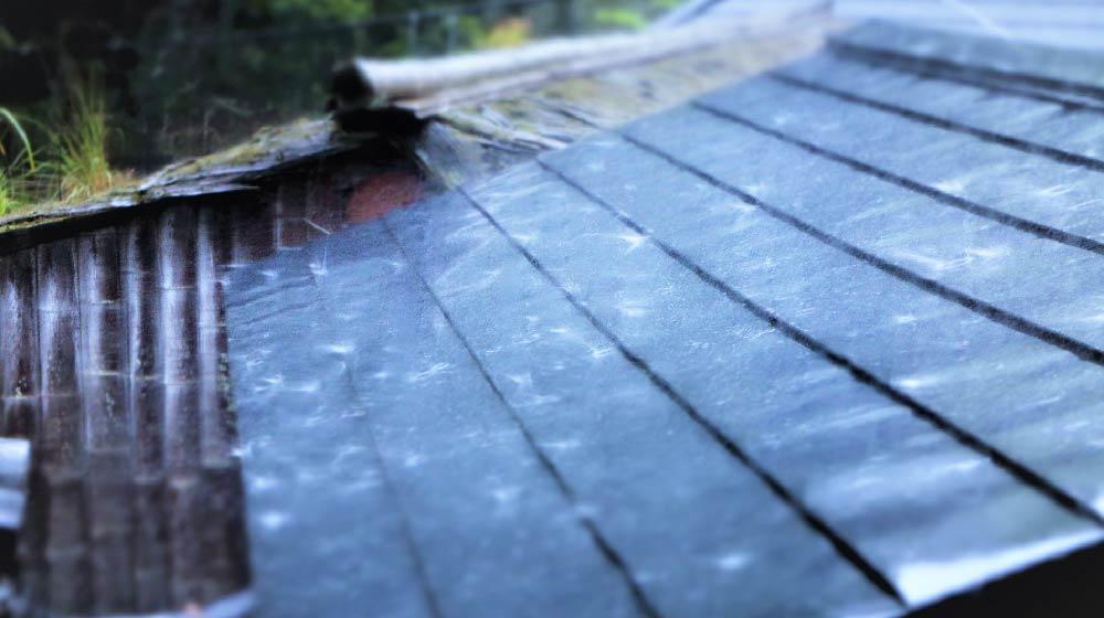 雨が落ちる屋根