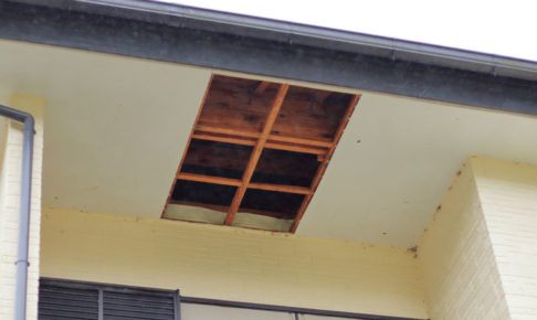 台風で軒天が破損した屋根