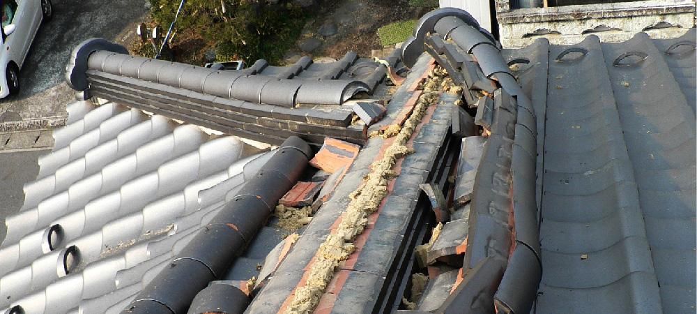 屋根瓦の棟の倒壊