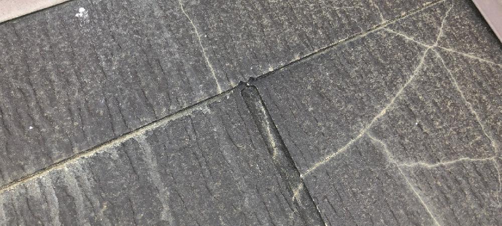 ひび割れたスレート屋根