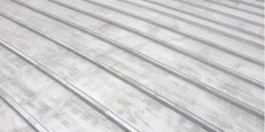 色褪せしたトタン屋根
